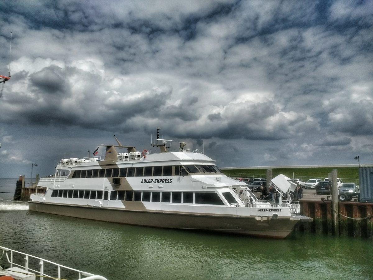 Die Adler Express für die Anreise nach Amrum im Hafen von Nordstrand