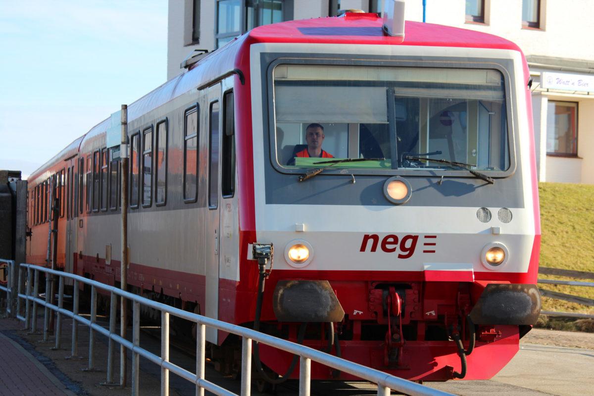 Der Zug der Norddeutschen Eisenbahngesellschaft Niebüll bringt Sie direkt zum Fähranleger in Dagebüll.