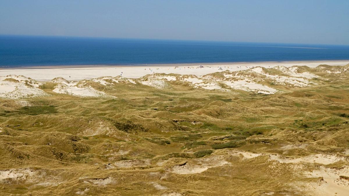 Blick vom Leuchtturm über die Dünen zum Kniepsand
