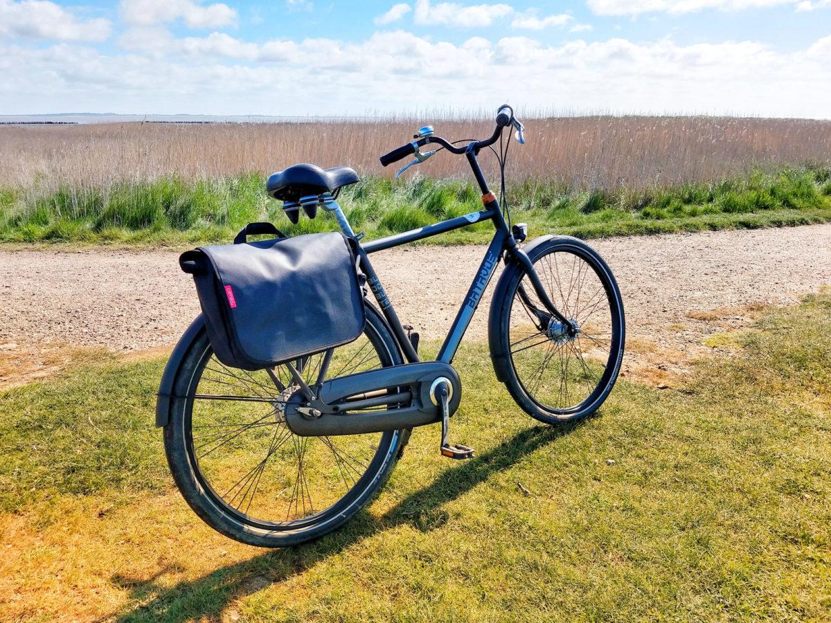 Mit einem Fahrrad der Familie Schau an der Wattseite unterwegs.
