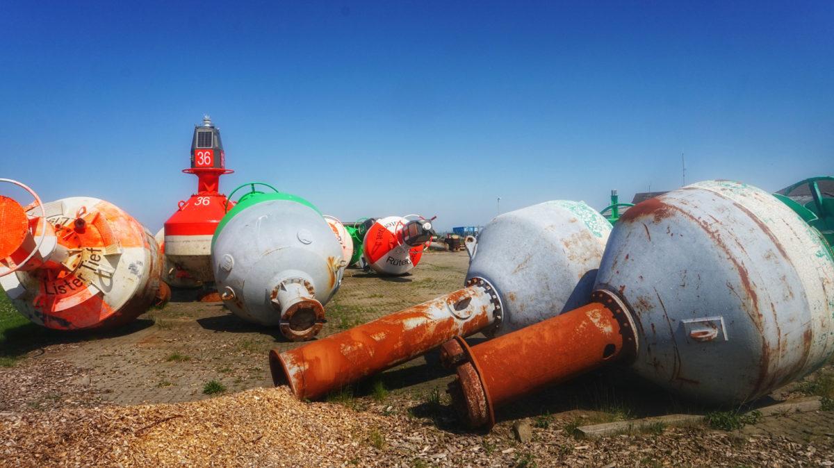 Tonnen am Seezeichenhafen bei Steenodde