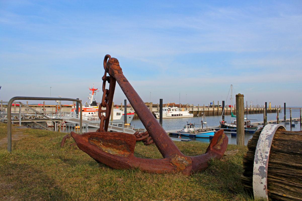 Anker und Seenotrettungskreuzer am Seezeichenhafen bei Steenodde