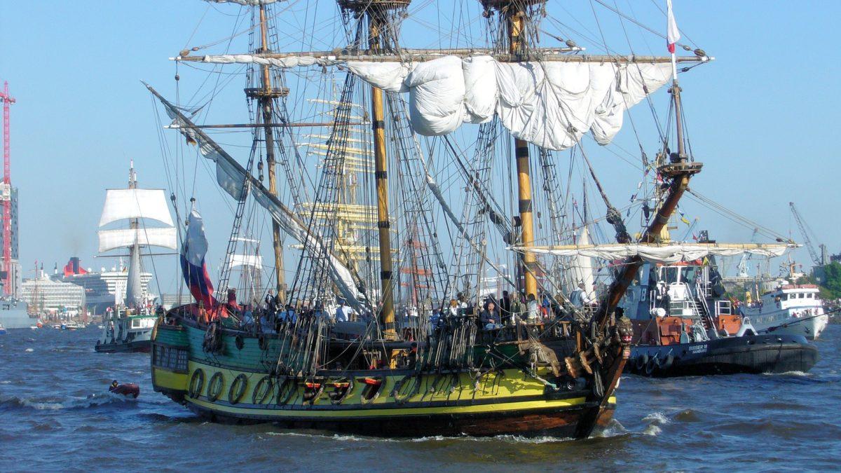 Historische Kogge im Hafen von Hamburg